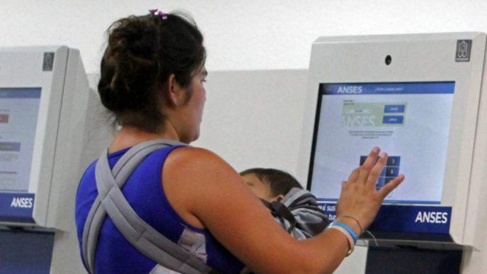 Los titulares de la AUH, o por hijo con discapacidad sin límite de edad, cobrarán este beneficio de forma automática