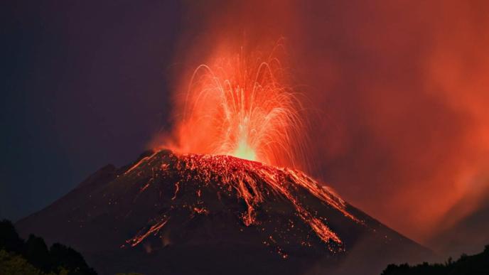 Volcán Etna de Italia, en erupción