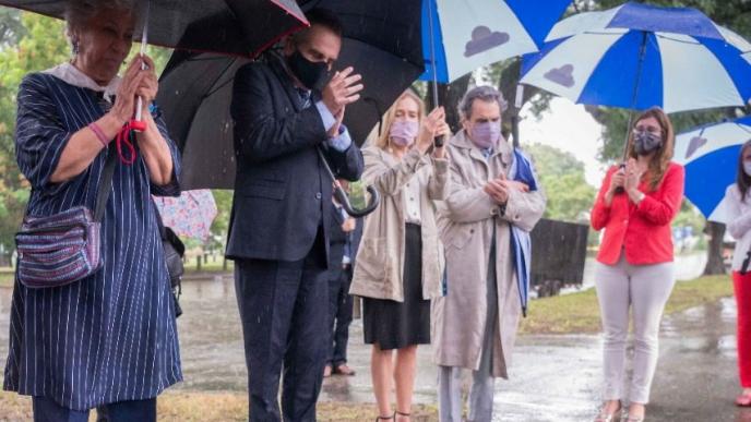 Rossi participó del acto de descubrimiento de baldosas en memoria de las trabajadoras y trabajadores del Servicio Meteorológico Nacional desaparecidos en la última dictadura cívico militar.