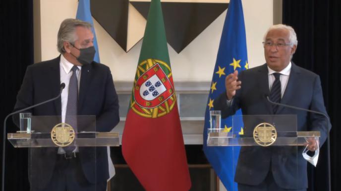 Fernández en la declaración conjunta con el primer ministro de Portugal, Antonio Luís Santos Da Costa.