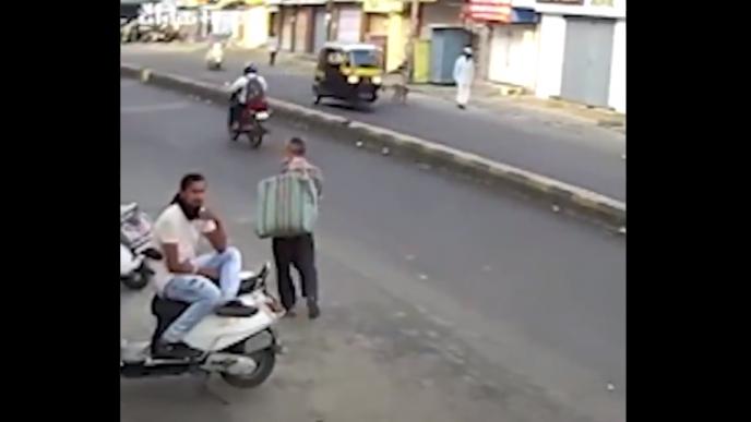Conductor de mototaxi patea un perro.